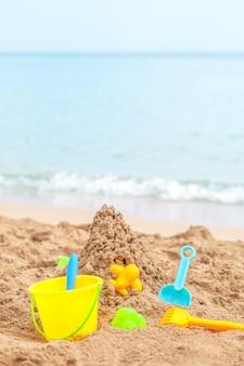 海とビーチに対する子供のサンドボックスのおもちゃ