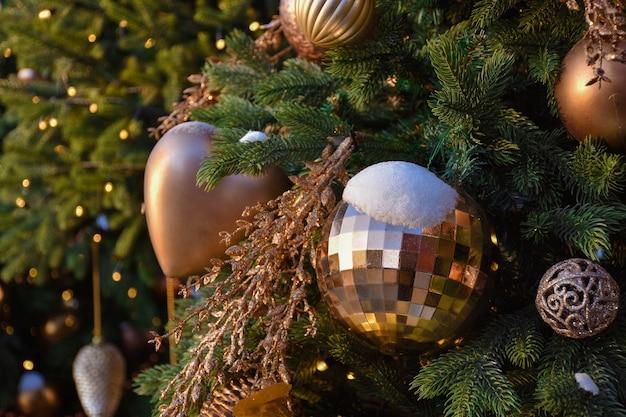 눈 속에서 크리스마스 트리 장난감, 황금 크리스마스 공에 눈