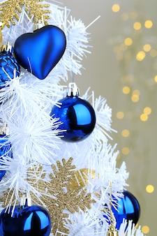 クリスマスライトの背景にクリスマスツリーのおもちゃ