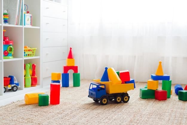 Игрушки на полу в детской горизонтальной