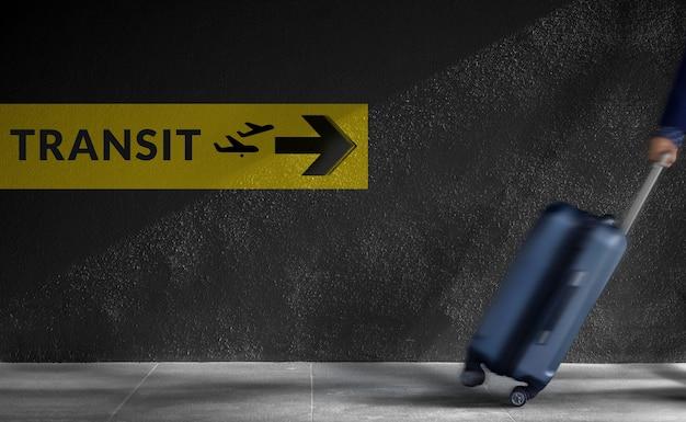 Концепция путешествия. размытые путешествия путешественника с багажом в спешке внутри аэропорта, tr