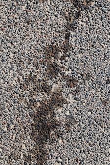 道路の修理の痕跡、損傷や汚れのあるアスファルト道路の一部