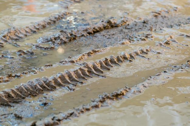 車のホイールのタイヤのタイヤの痕跡が液体の汚れに残った