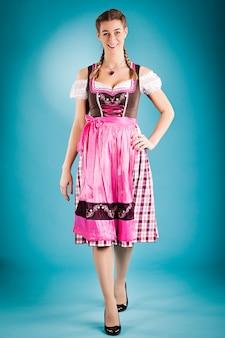 伝統的な服の女性-ギャザースカートまたはtracht