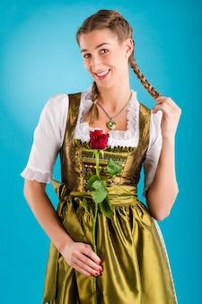 伝統的な服-ギャザースカートまたはtrachtの若い女性