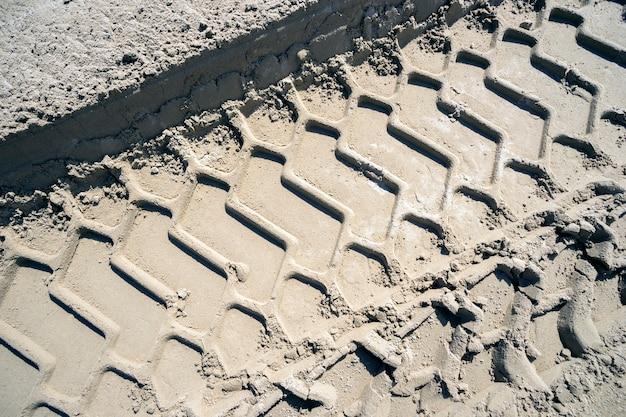 모래에서 화물차 바퀴를 추적합니다.
