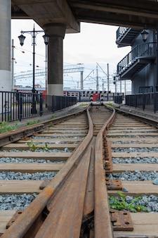 ポイントジャンクションで側線を走る鉄道を追跡します。線路と枕木。木製の枕木が付いている古い線路。鉄道ポイントワーク、線路、高速鉄道