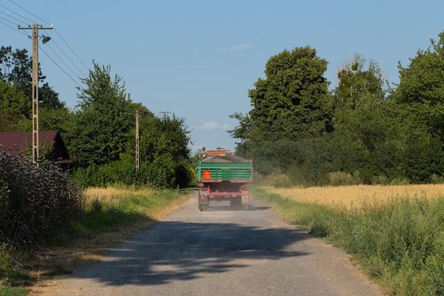田舎道のトラック