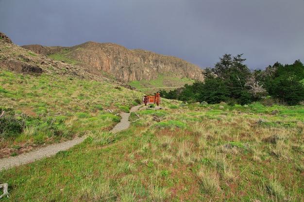 Трек в национальном парке лос-глейшер фитц рой, эль-чалтен, патагония, аргентина