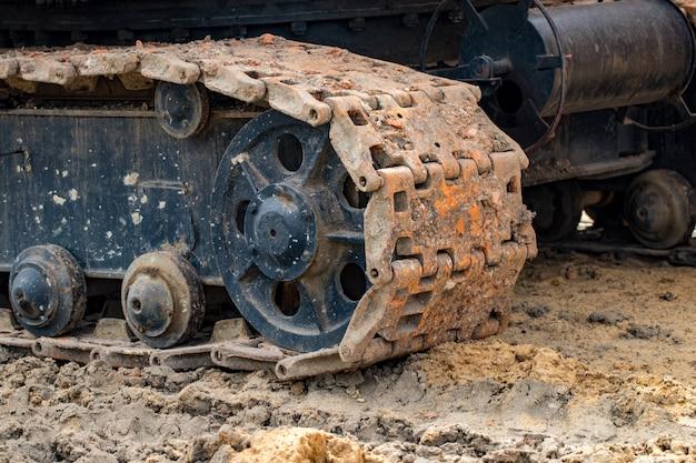 추적된 굴착기 작업 건설 도로. 강철 바퀴 크롤러 크레인, 백호 트랙을 닫습니다.