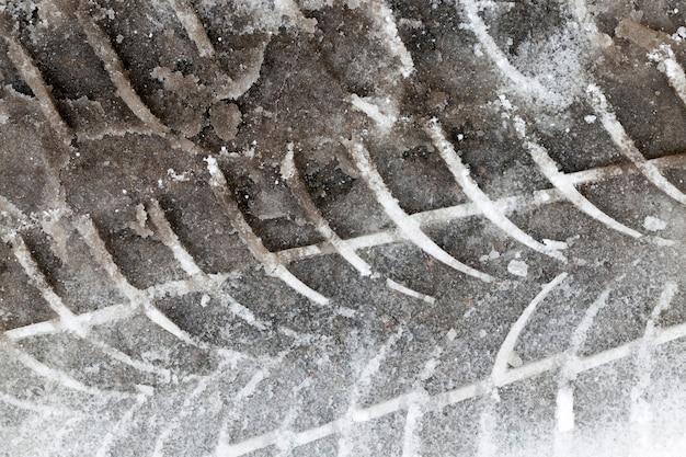 겨울철 눈 속에서 자동차 타이어의 트레드에서 트랙