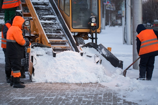Трактор очищает дорогу от снега