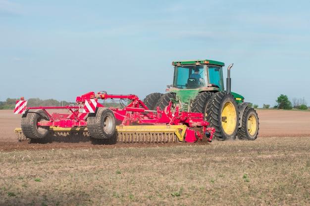 Трактор в поле вспашка земли