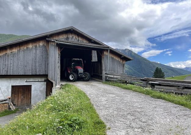 오스트리아 산속에 있는 헛간 트랙터