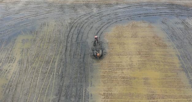 Трактор на поле, вид сверху пейзаж, природа, полевой рис