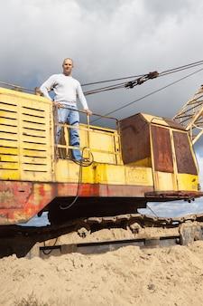Тракторный оператор на песчаном карьере
