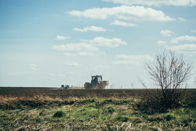 Трактор выполняет работу в поле