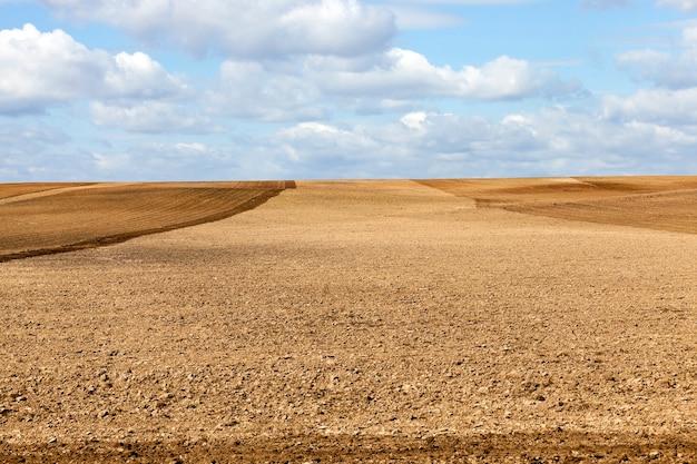 Тракторное пашенное поле