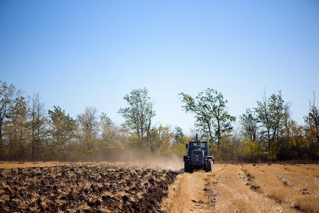 トラクター耕作地-播種用の土地の準備。