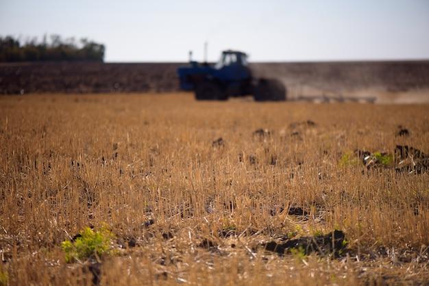 Тракторная вспашка поля -подготовка земли к посеву.