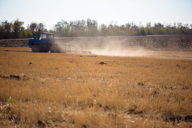 트랙터 쟁기질 - 파종을 위한 땅 준비