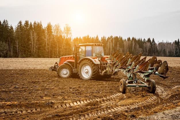 トラクターの耕作地-播種用の土地の準備。