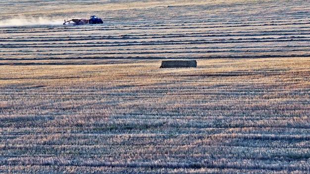 Трактор вспашка поля после сбора урожая