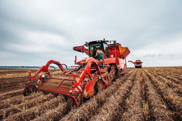 Трактор вспахивает поле.