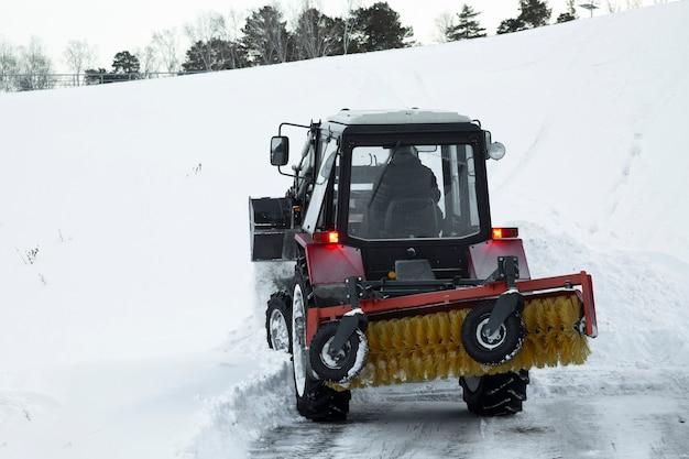 トラクターは冬に道路から雪を取り除きます