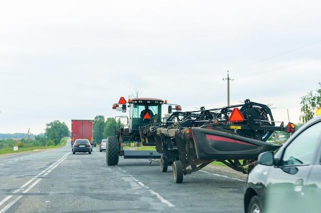 트랙터는 수확을 위해 일하러 가는 길에 탄다.