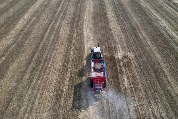 フィールドで人工肥料を散布するトラクター。上面図。