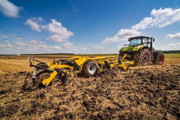 Трактор с дисковым культиватором, система обработки почвы в работе, отличная обрезка и обработка пожнивных остатков с помощью двух рядов дисков