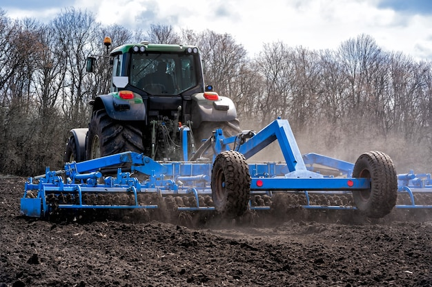 土を耕作する骨材を使ったトラクター