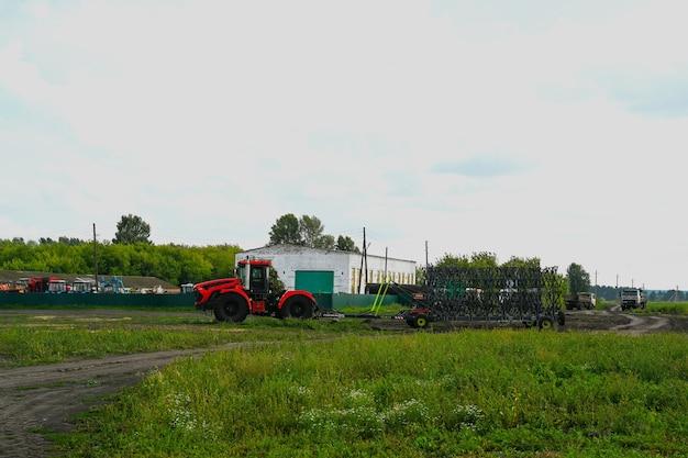 수확을 위한 장비가 있는 트랙터. 농업 기계.