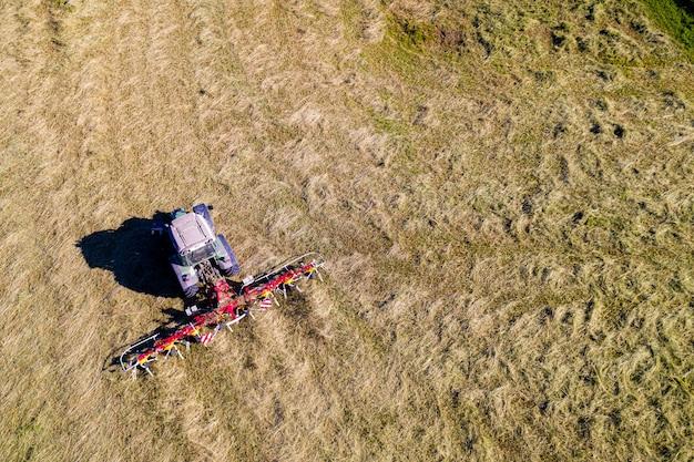 テッダー、トップダウン航空写真、農業、農業用トラクター