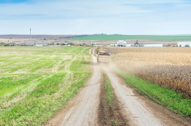 필드 도로에 트레일러와 트랙터 프리미엄 사진