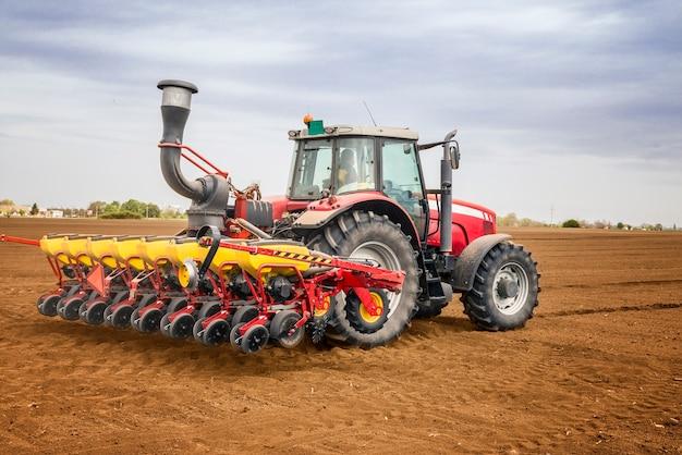 Трактор, работающий в поле