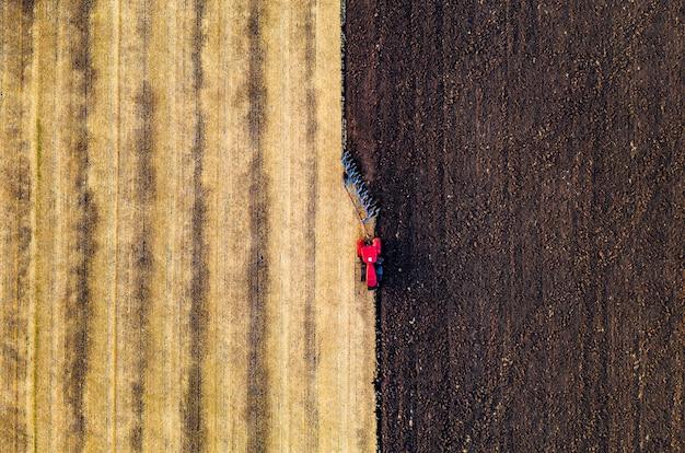 Трактор работает на земле