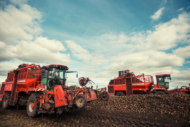 Тракторы работают в поле. карпаты. украина европа