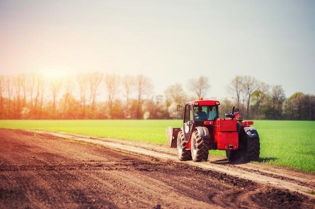 Тракторы работают в поле. карпаты украина. европа