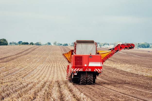 Тракторы, работающие в поле