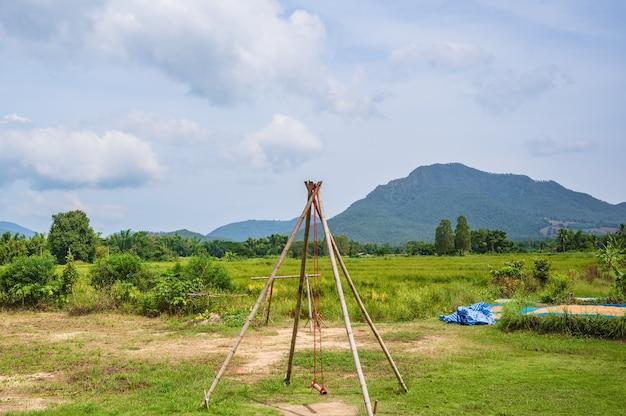 전통 태국 치앙칸 지구에서 아름다운 산이 있는 나무 그네.