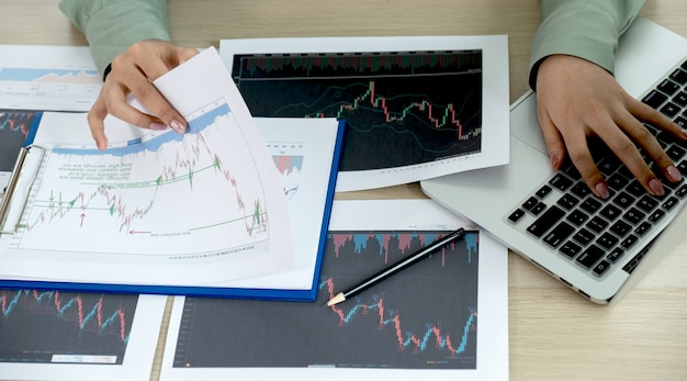 Деловая женщина-трейдер анализирует биржевой график и отчет, ставит цели для рынка онлайн-торговли форекс.