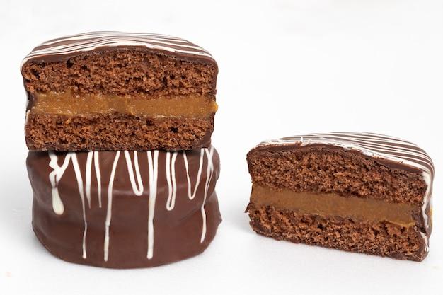 꿀 쿠키와 초콜릿을 곁들인 브라질 전통 디저트(pó de mel).