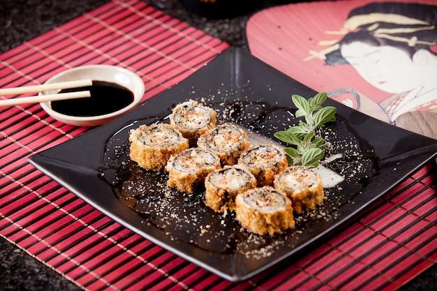 Традиционные горячие роллы и японский веер