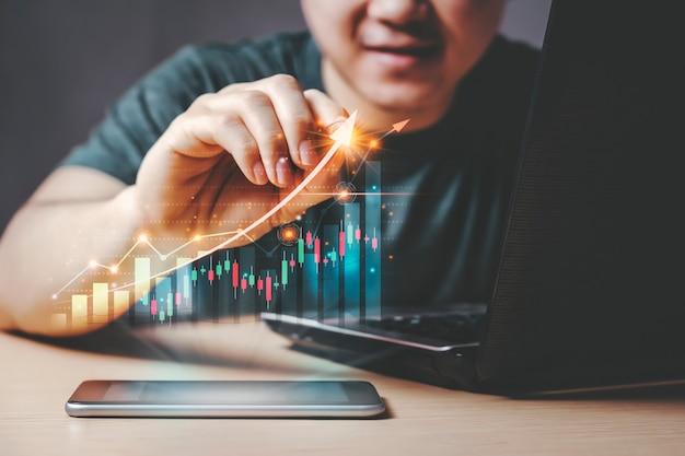 統計表示付きのスマートフォンとラップトップによる自宅での取引