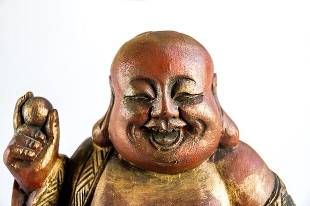 Традиционная деревянная статуя китайского будды, изолированные на белом фоне