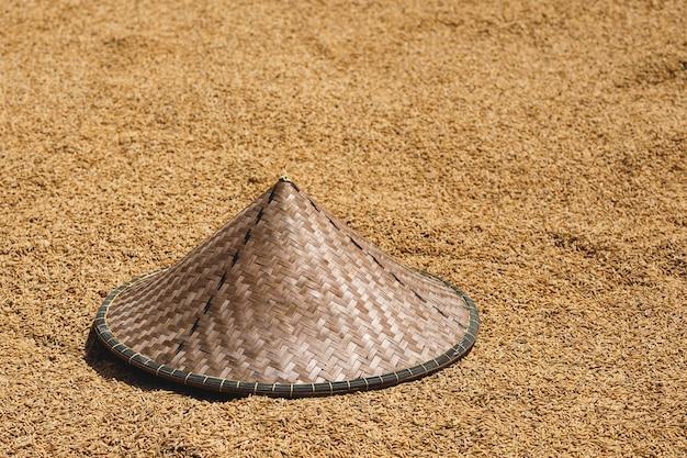 전통 아시아 원추형 모자와 건조 쌀