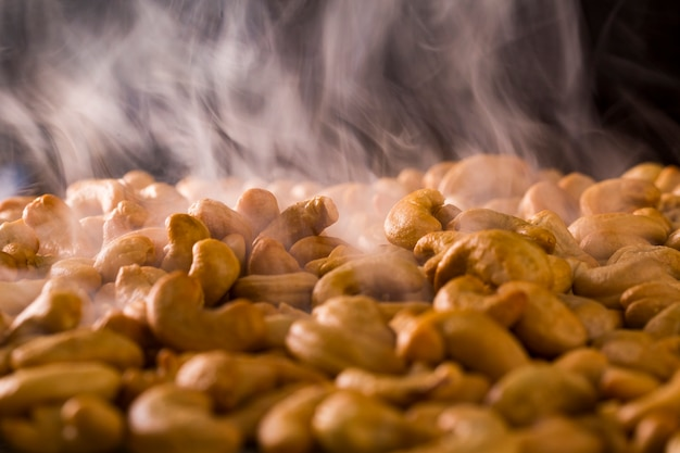 Традиционно орех кешью жгли на углях горячим дымом.