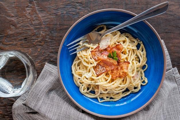 Традиция итальянская паста из кукурузы, спагетти с беконом, ветчиной и сыром пармезан на t